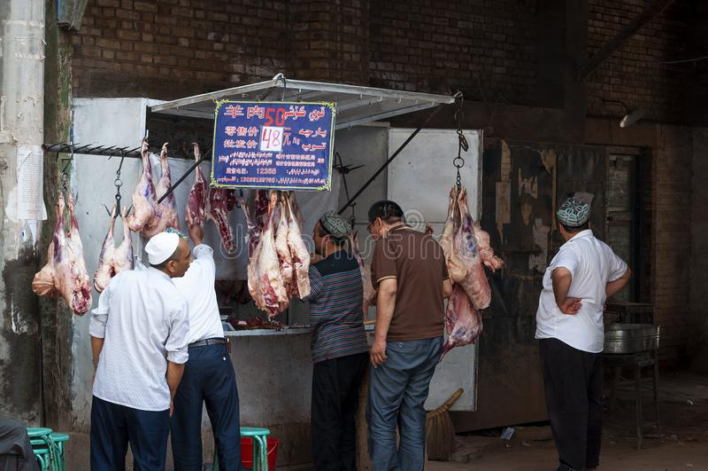 Άτομο Uyghur σε ένα κατάστημα χασάπηδων στην αγορά οδών στην πόλη Kashgar, Xinjiang στοκ φωτογραφία