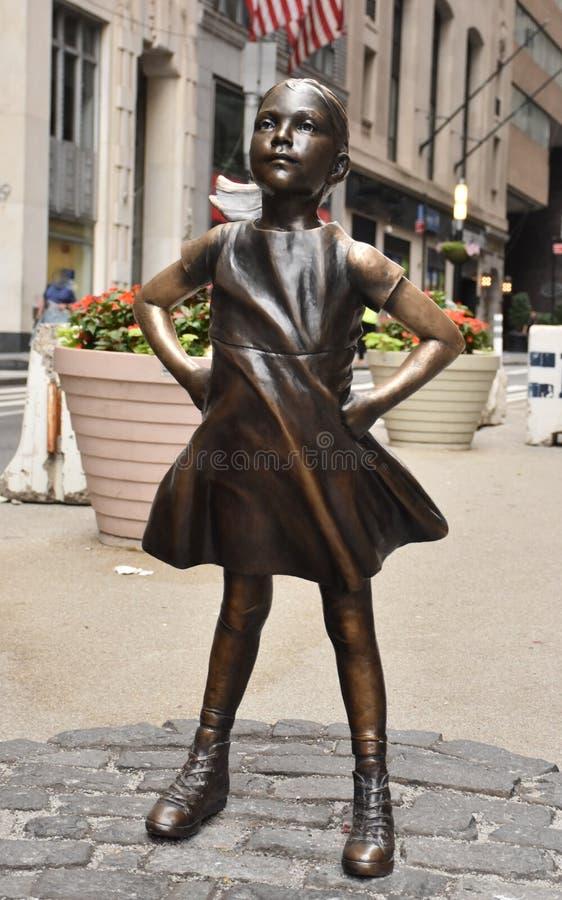 Άφοβο άγαλμα κοριτσιών στην πόλη της Νέας Υόρκης στοκ εικόνα