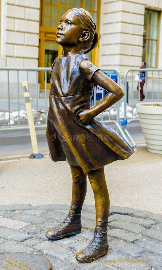 Άφοβο κορίτσι - μικρό κορίτσι Γουώλ Στρητ στοκ εικόνες