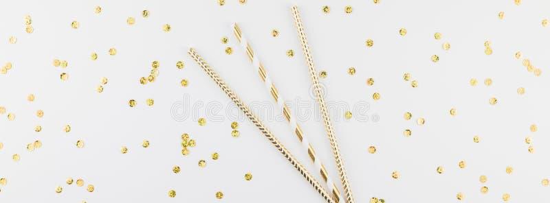 Άχυρα κομμάτων κοκτέιλ με τα χρυσά σπινθηρίσματα στοκ εικόνες