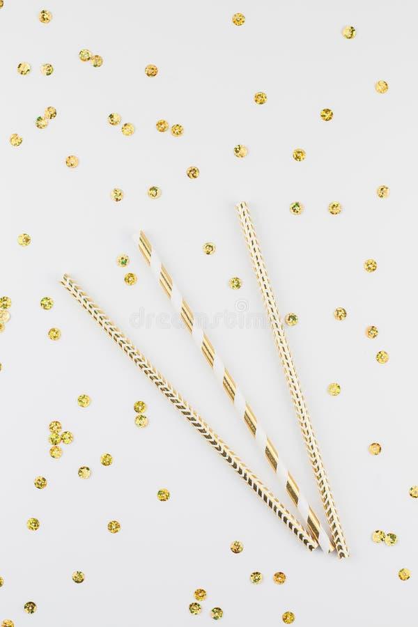 Άχυρα κομμάτων κοκτέιλ με τα χρυσά σπινθηρίσματα στοκ φωτογραφία