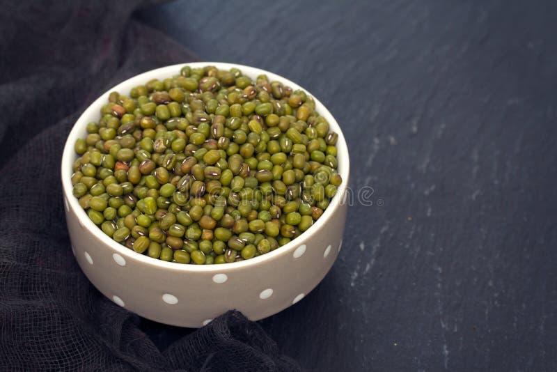 Άψητη πράσινη σόγια στο κύπελλο στοκ φωτογραφίες