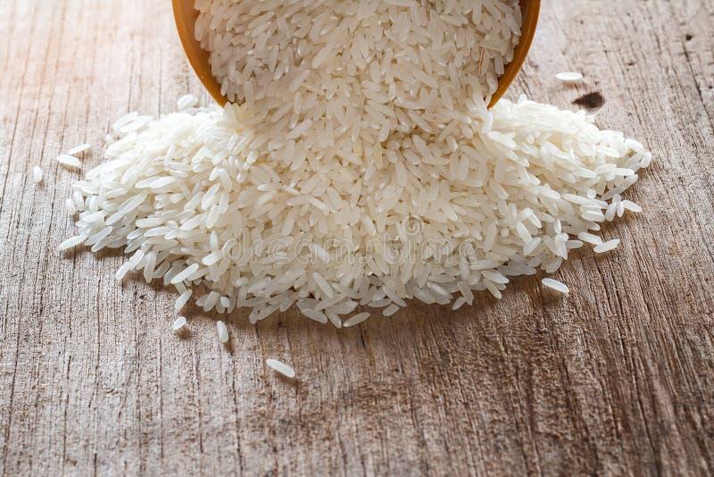 Άψητο ξηρό ρύζι στο καφετί κύπελλο στοκ εικόνες