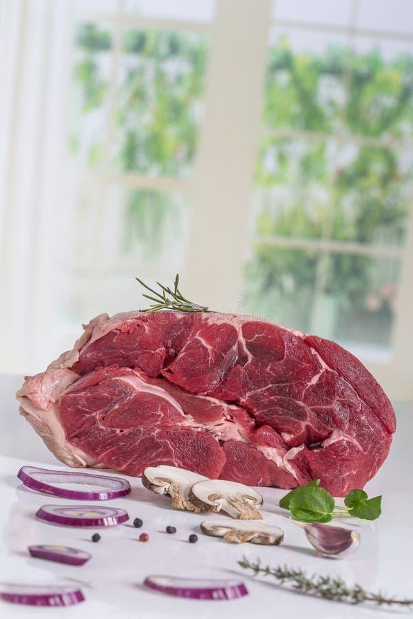 Άψητο οργανικό αντικνήμιο του κρέατος βόειου κρέατος που απομονώνεται στοκ εικόνα