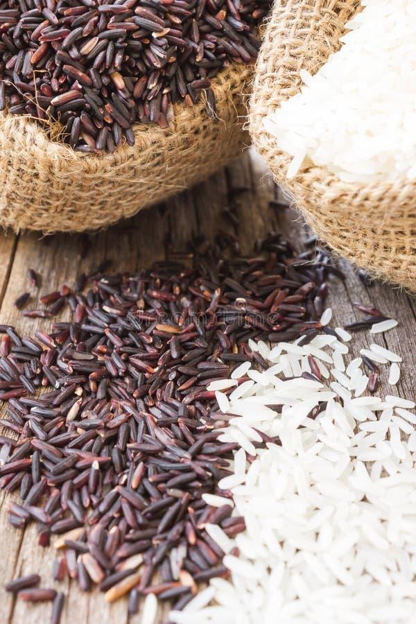 Άψητο ρύζι σε έναν μικρό burlap σάκο Γραπτό ρύζι στοκ φωτογραφίες