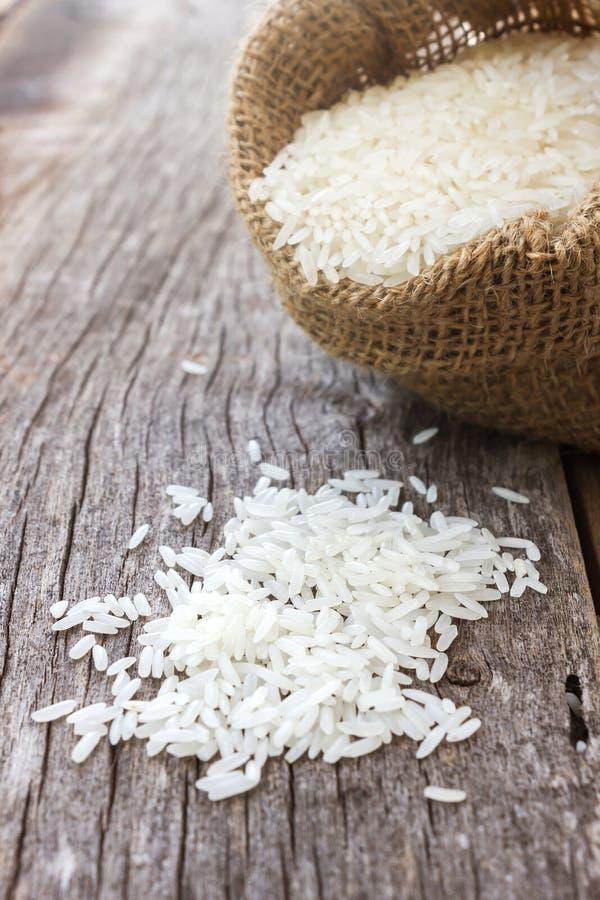 Άψητο ρύζι σε έναν μικρό burlap σάκο στοκ εικόνα με δικαίωμα ελεύθερης χρήσης
