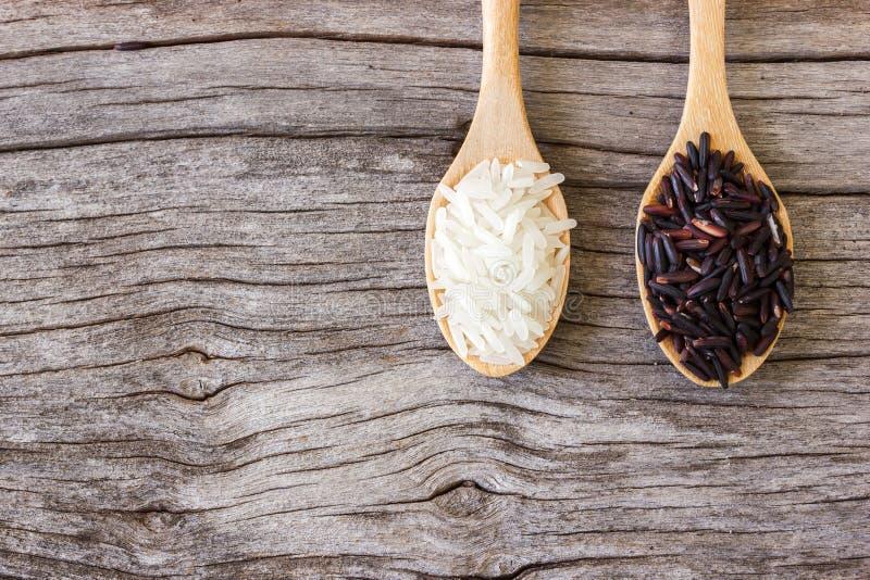 Άψητο ρύζι στο άσπρου και μαύρου ρύζι κουταλιών, στοκ εικόνες