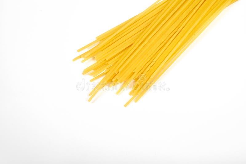 Άψητο macaroni μακαρονιών ζυμαρικών που απομονώνεται στην άσπρη ανασκόπηση στοκ εικόνες