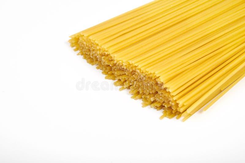 Άψητο macaroni μακαρονιών ζυμαρικών που απομονώνεται στην άσπρη ανασκόπηση στοκ φωτογραφία