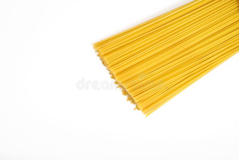 Άψητο macaroni μακαρονιών ζυμαρικών που απομονώνεται στην άσπρη ανασκόπηση στοκ εικόνα με δικαίωμα ελεύθερης χρήσης