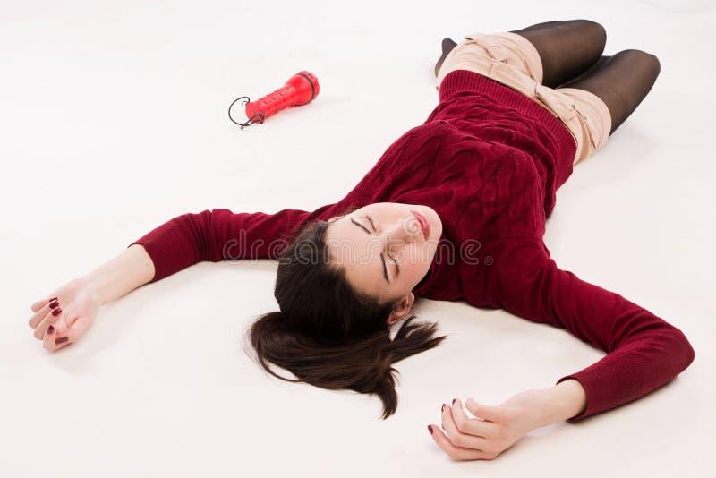 Άψυχο brunette που βρίσκεται στο πάτωμα στοκ εικόνα με δικαίωμα ελεύθερης χρήσης