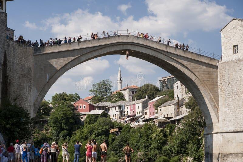 Άλμα από τη γέφυρα του Μοστάρ στοκ εικόνες
