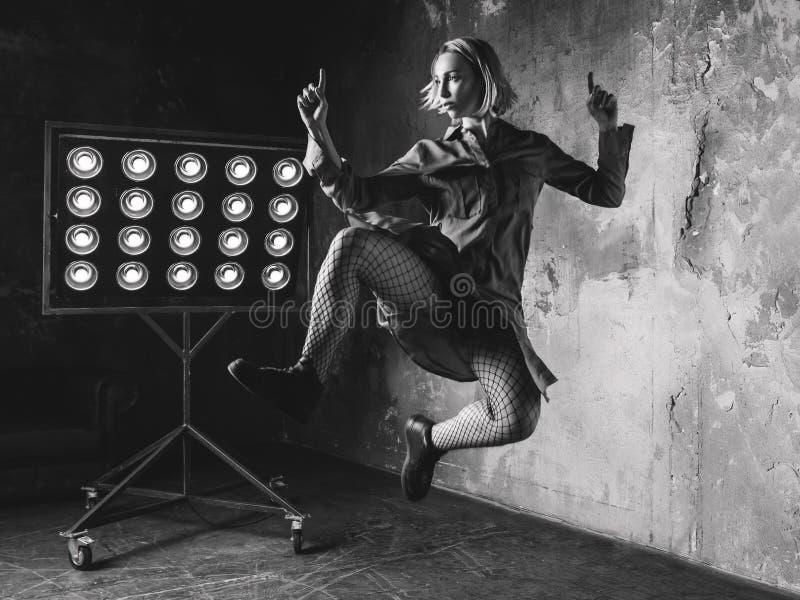 Άλμα χορευτών γυναικών υψηλό στη σοφίτα στοκ εικόνες με δικαίωμα ελεύθερης χρήσης