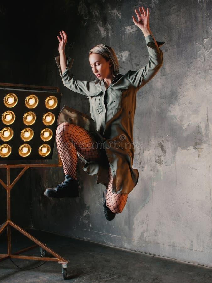 Άλμα χορευτών γυναικών υψηλό στη σοφίτα στοκ φωτογραφία με δικαίωμα ελεύθερης χρήσης