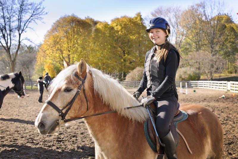 Άλογο οδήγησης νέων κοριτσιών στοκ εικόνες