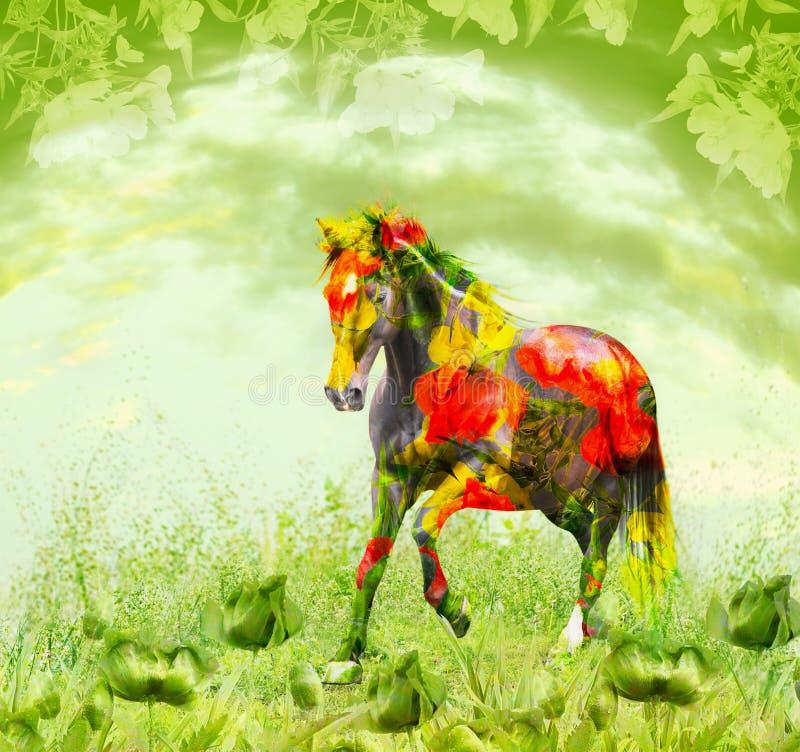 Άλογο που συνδυάζει με τα κόκκινα λουλούδια που τρέχουν στο πράσινο floral υπόβαθρο, διπλή έκθεση στοκ εικόνες