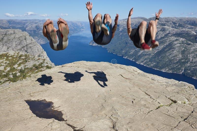 Άλτες στο βράχο Preikestolen Ορόσημο της Νορβηγίας Καταπληκτική φωτογραφία στοκ εικόνα