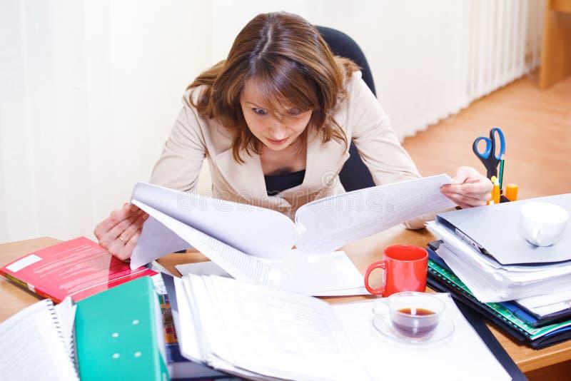 έγγραφα που διαβάζουν την κουρασμένη γυναίκα στοκ εικόνα