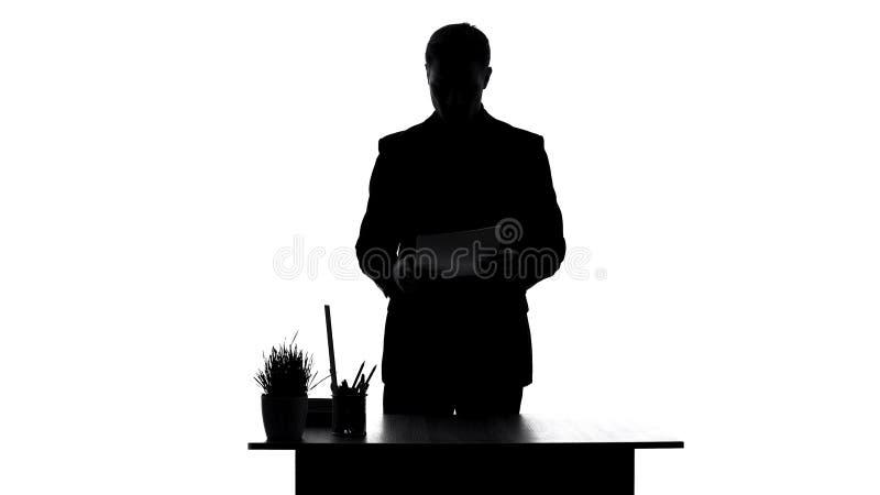 Έγγραφα συμβάσεων ανάγνωσης εργαζομένων γραφείων που στέκονται κοντά στον πίνακα, που αναλύει την έκθεση στοκ εικόνα