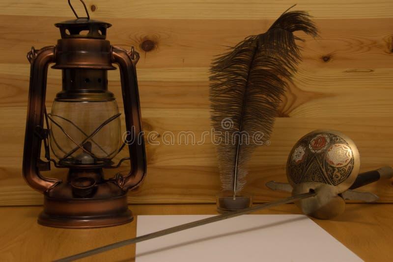Έγγραφο και φτερό κεριών πετρελαίου ξιφών στοκ φωτογραφία με δικαίωμα ελεύθερης χρήσης
