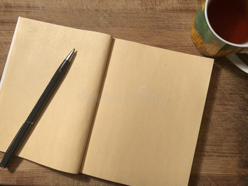 Έγγραφο καρτών ή σημειώσεων με το σημειωματάριο στο ξύλινο καφετί υπόβαθρο στοκ φωτογραφίες