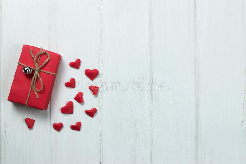 Έγγραφο μορφής καρδιών origami κιβωτίων δώρων για το ξύλινο υπόβαθρο στοκ εικόνες