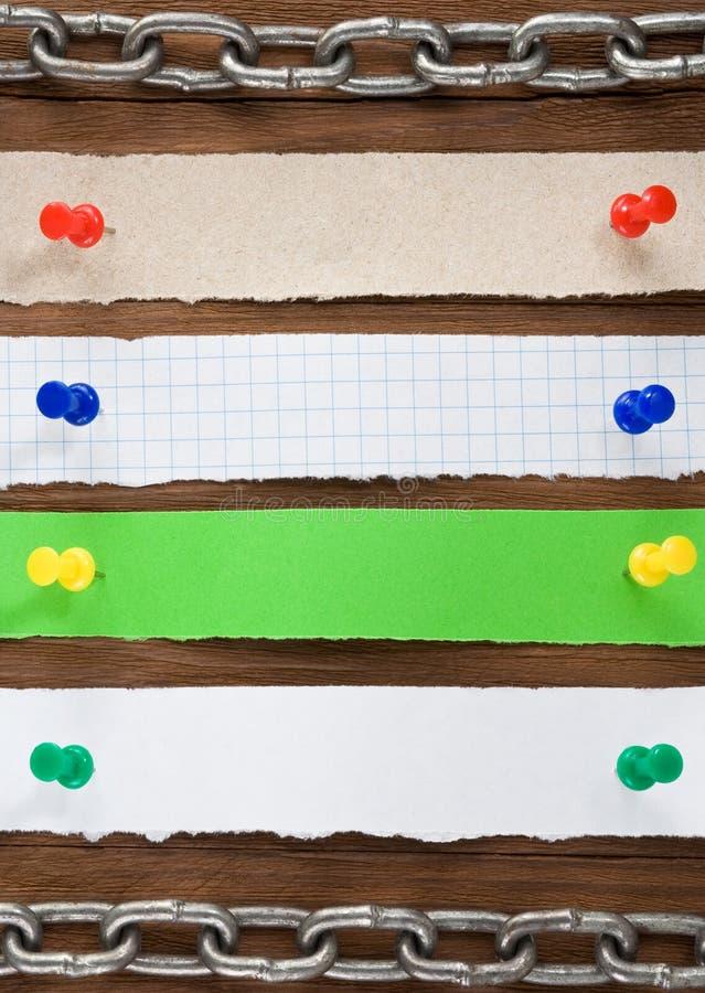 Έγγραφο σημειώσεων και pushpin για το ξύλο στοκ εικόνες