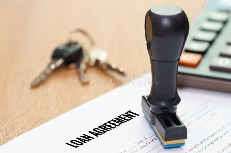 Έγγραφο συμφωνίας δανείου με την εγκεκριμένη σφραγίδα και κλειδί στο wo στοκ φωτογραφίες