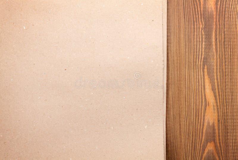 Έγγραφο χαρτονιού πέρα από το ξύλινο υπόβαθρο στοκ εικόνες