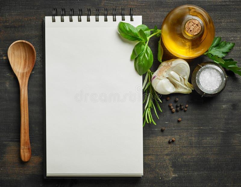 Έγγραφο blocknot και συστατικά τροφίμων στοκ εικόνες