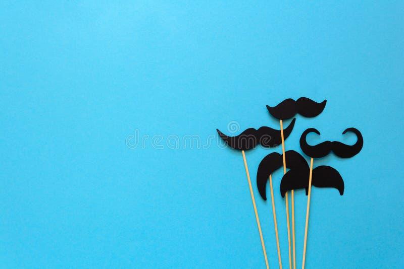 Έγγραφο mustache για τα στηρίγματα θαλάμων στο μπλε υπόβαθρο εγγράφου Αποκομμένο ύφος movember έννοια στοκ φωτογραφία με δικαίωμα ελεύθερης χρήσης