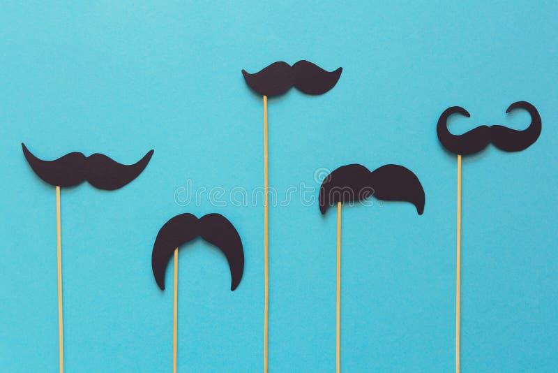 Έγγραφο mustache για τα στηρίγματα θαλάμων στο μπλε υπόβαθρο εγγράφου Αποκομμένο ύφος movember έννοια στοκ φωτογραφίες με δικαίωμα ελεύθερης χρήσης