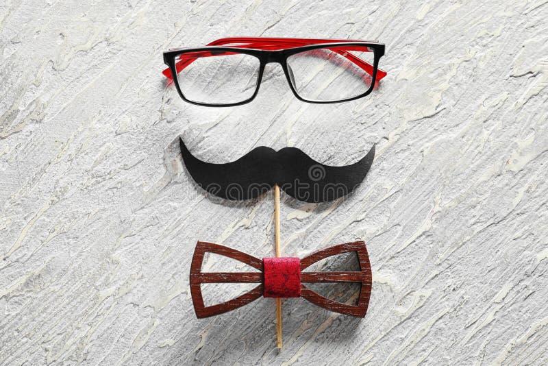 """Έγγραφο mustache, γυαλιά και δεσμός τόξων στο ελαφρύ κατασκευασμένο υπόβαθρο Εορτασμός ημέρας πατέρων \ """"s στοκ φωτογραφίες"""
