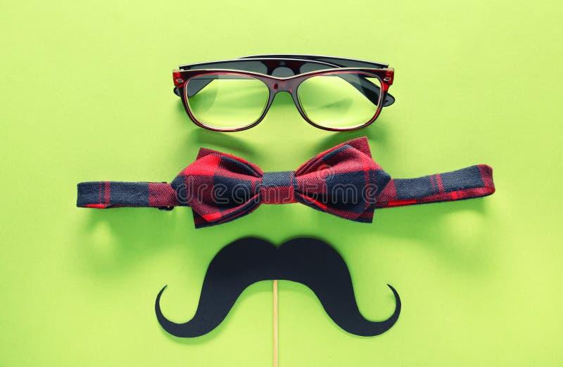 Έγγραφο mustache, γυαλιά και δεσμός τόξων στο υπόβαθρο χρώματος Εορτασμός ημέρας πατέρα στοκ φωτογραφία με δικαίωμα ελεύθερης χρήσης