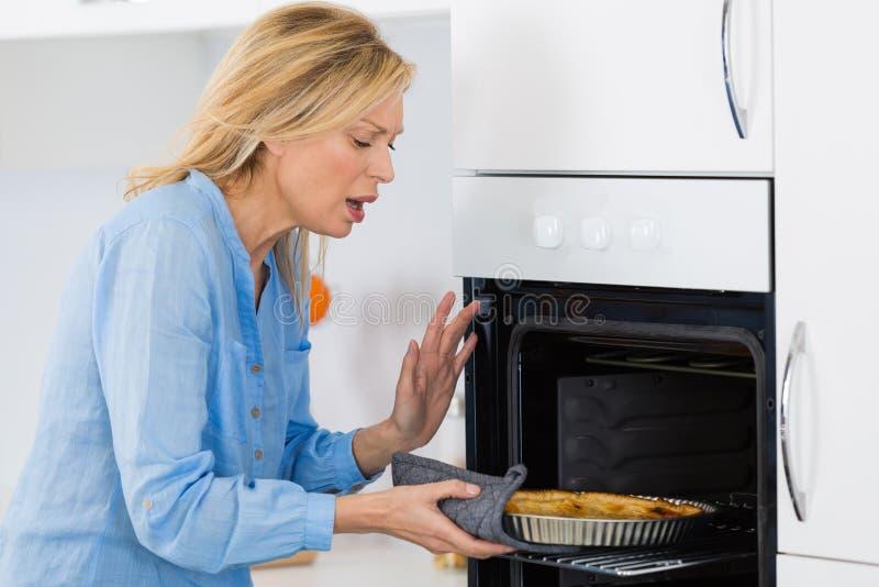 Έγκαυμα κουζινών που προκαλείται σε διαθεσιμότητα με τη θέρμανση του φούρνου στοκ εικόνες