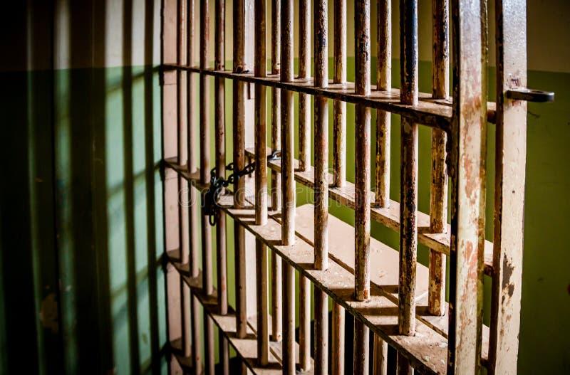 Έγκλημα - ένας δραματικός πυροβολισμός των φραγμών κελί φυλακής στοκ εικόνα