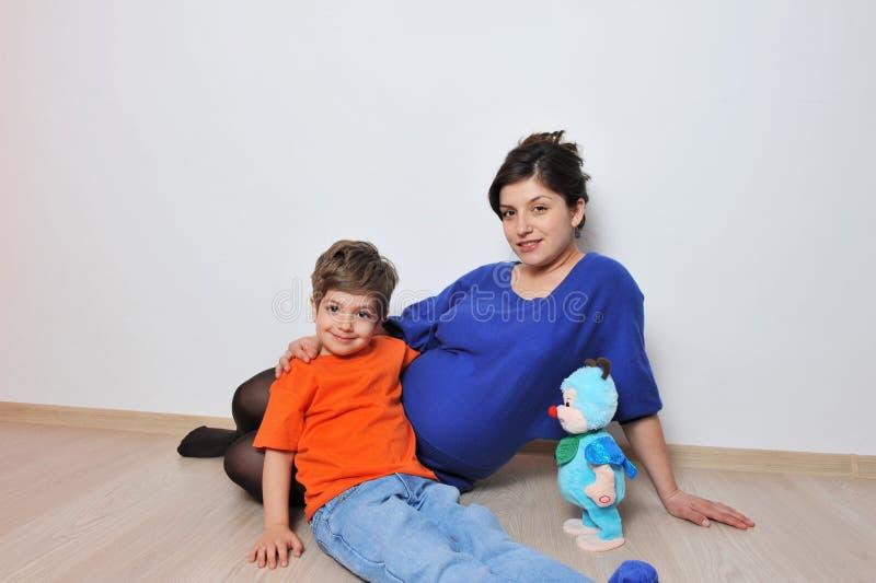 Έγκυοι γυναίκες και μικρό παιδί στοκ φωτογραφίες