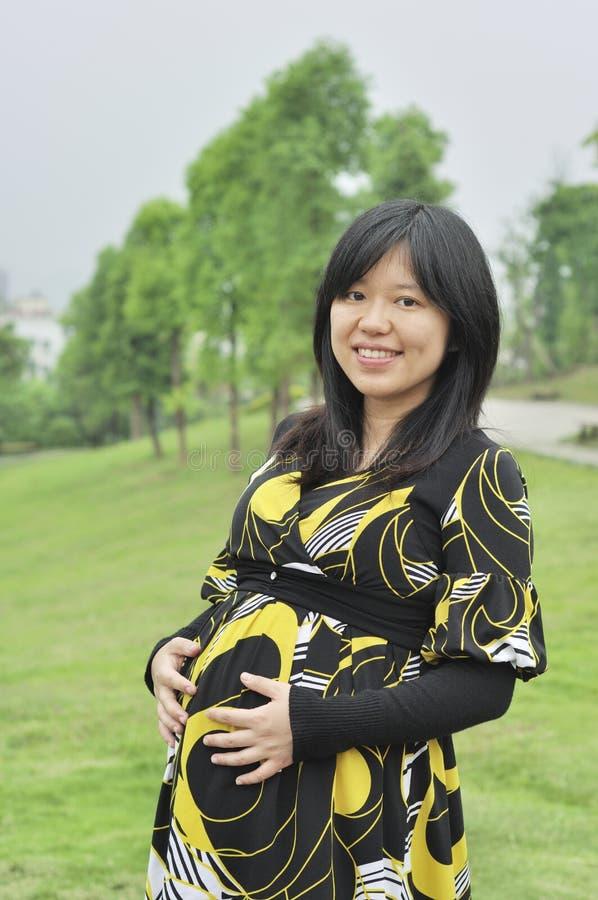 Έγκυος ασιατική γυναίκα στοκ εικόνα