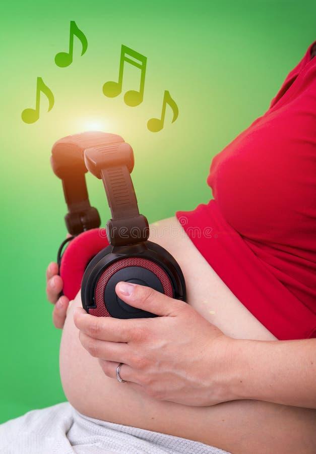 Download έγκυος γυναίκα ακουστικών στοκ εικόνες. εικόνα από πλήκτρο - 62701282