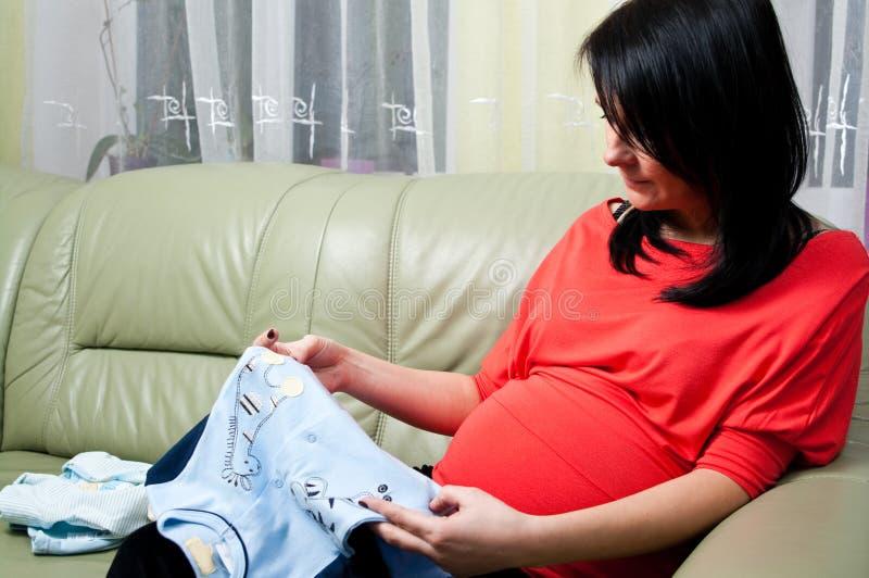 έγκυος γυναίκα ενδυμάτ&omega στοκ εικόνα με δικαίωμα ελεύθερης χρήσης