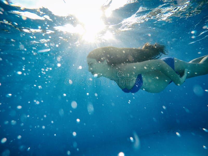 Έγκυος γυναίκα κάτω από το νερό μιας λίμνης στοκ φωτογραφία με δικαίωμα ελεύθερης χρήσης