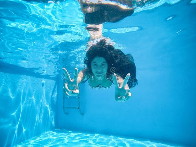 Έγκυος γυναίκα κάτω από το νερό μιας λίμνης στοκ φωτογραφία