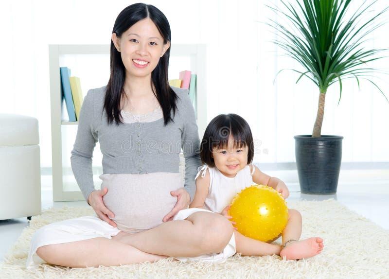 έγκυος γυναίκα κορών στοκ φωτογραφία με δικαίωμα ελεύθερης χρήσης