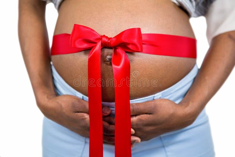 Έγκυος γυναίκα με την κορδέλλα στην πρόσκρουση στοκ εικόνες με δικαίωμα ελεύθερης χρήσης