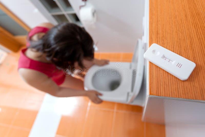 Έγκυος γυναίκα με τη ναυτία πρωινού στοκ εικόνες