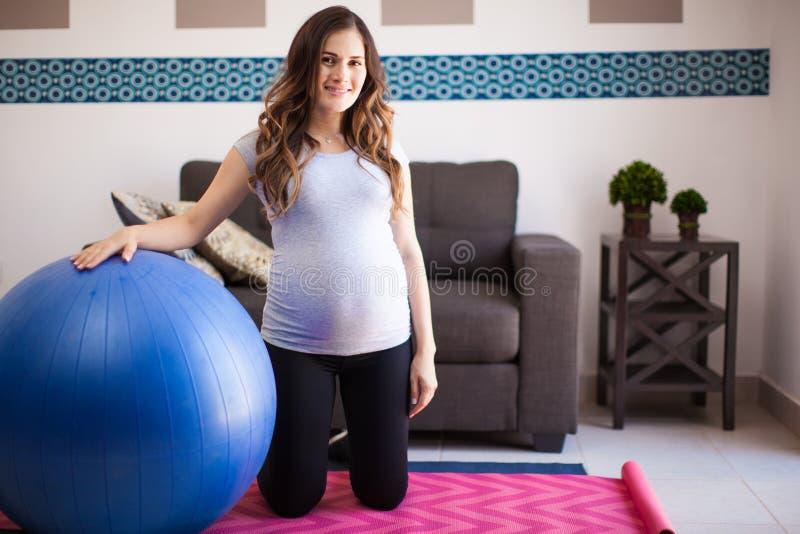 Έγκυος γυναίκα με τη σφαίρα σταθερότητας στοκ εικόνες