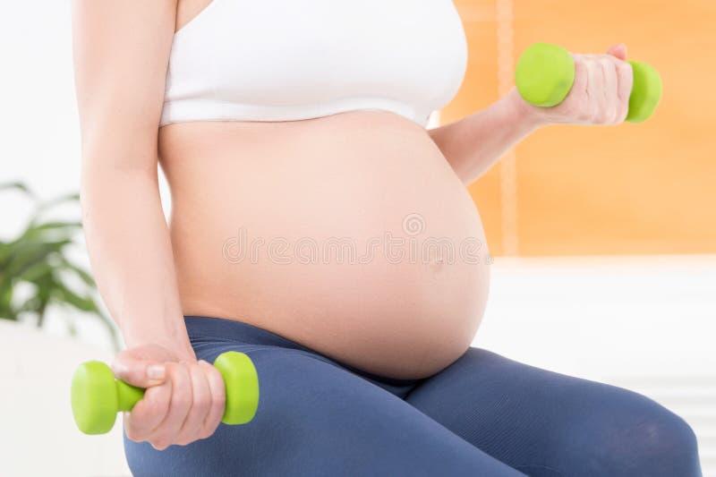 Έγκυος γυναίκα με τους αλτήρες. στοκ εικόνες με δικαίωμα ελεύθερης χρήσης