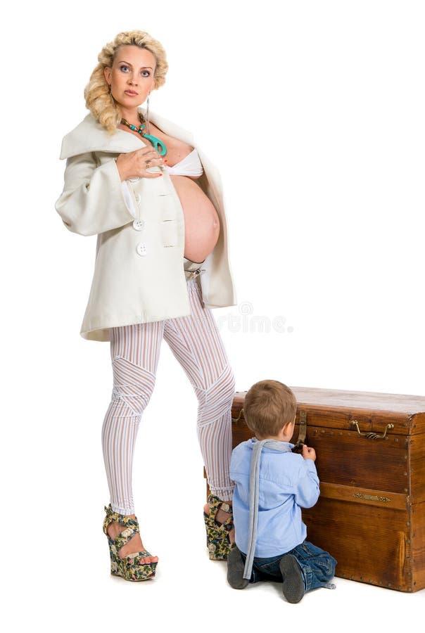 Έγκυος γυναίκα με το γιο στοκ φωτογραφία