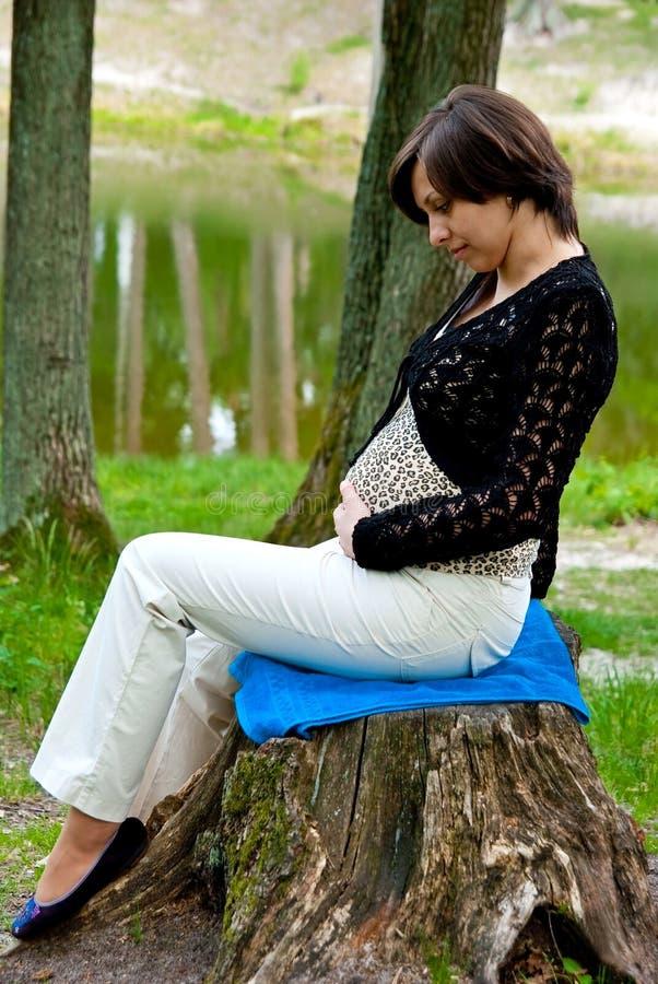 έγκυος γυναίκα πάρκων στοκ εικόνα