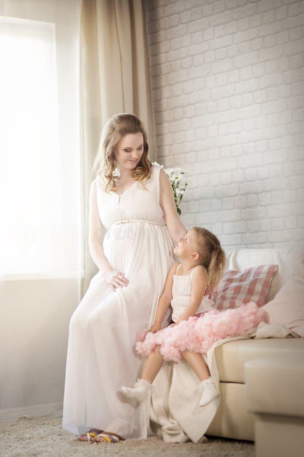 έγκυος γυναίκα παιδιών στοκ φωτογραφία